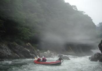 水上ではよくある霧がかかるラフティング