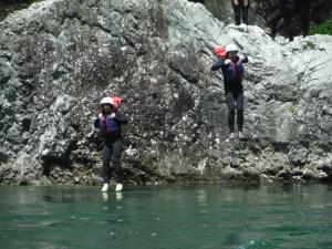 水上ラフティング・水面に立つ
