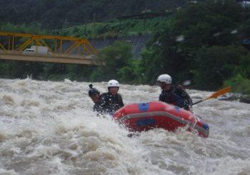 洪水ラフティング